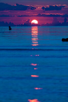 Fototapeta Pomarańczowy zachód słońca na morzu, pionowe