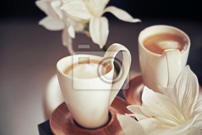 porcelanowe kubki z kawą