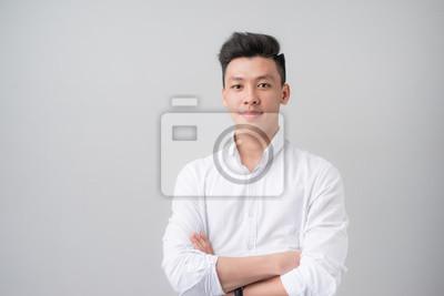 Fototapeta Portret dobrego asian patrz? C na szarym tle.