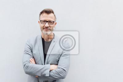 Fototapeta Portret dojrzały mężczyzna z rękami krzyżować