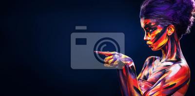 Fototapeta Portret jaskrawa piękna dziewczyna z sztuka kolorowym makijażem i bodyart