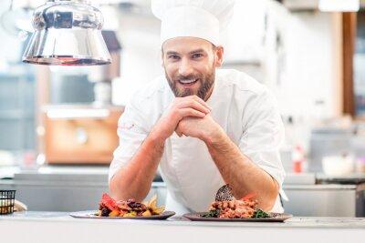 Fototapeta Portret kucharz w mundurze z prepaired pyszne danie w restauracji kuchni