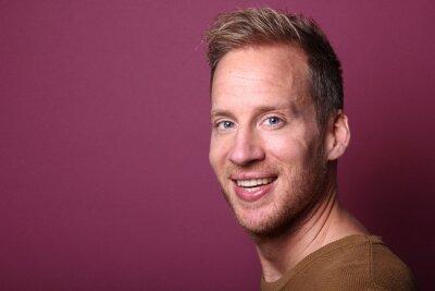 Fototapeta Portret mężczyzny przed kolorowym tle