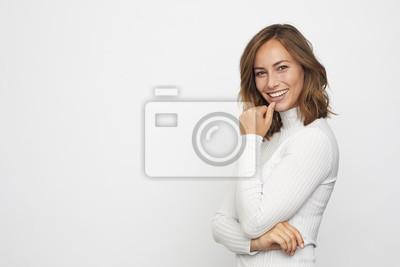 Portret młoda uśmiechnięta kobieta patrzeje w kamerze