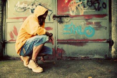Fototapeta Portret młodego mężczyzny na ścianie graffiti