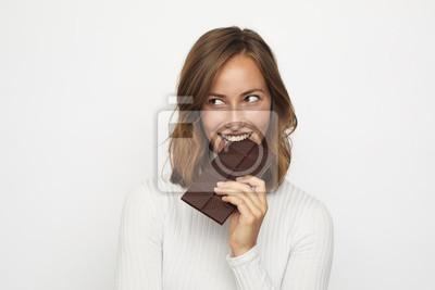 Fototapeta portret młodej kobiety gryzie w czekoladzie wygląda na lewo