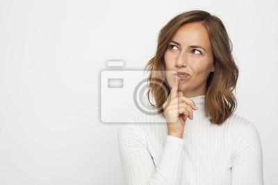 portret młodej kobiety myśli wygląda w lewo