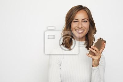portret młodej kobiety na telefon wygląda w aparacie