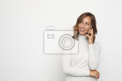 portret młodej kobiety na telefon wygląda w lewo