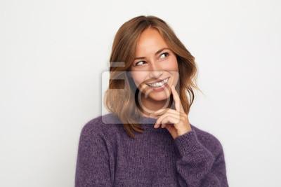 Fototapeta portret młodej kobiety szczęśliwy, uśmiechając się i myśli na białym tle