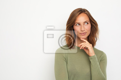 portret młodej kobiety szczęśliwy, uśmiechając się i myśli na białym tle