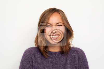 portret młodej kobiety szczęśliwy uśmiechnięty chichocze na białym tle patrząc w kamerę