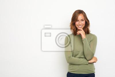 portret młodej kobiety szczęśliwy uśmiechnięty i myśli na białym tle patrząc w kamerę