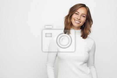 Portret młodej kobiety uśmiechnięta wygląda w aparacie
