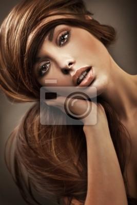 Portret młodej kobiety z długimi włosami
