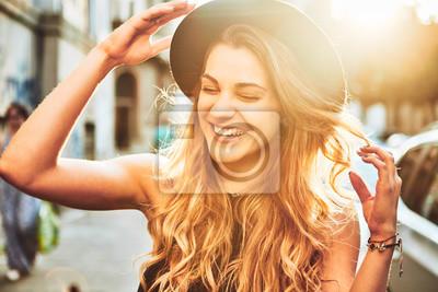 Fototapeta Portret młodej kobiety z kapelusz uśmiecha się