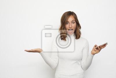 portret młodej kobiety z telefonu zaskoczony wygląda w aparacie