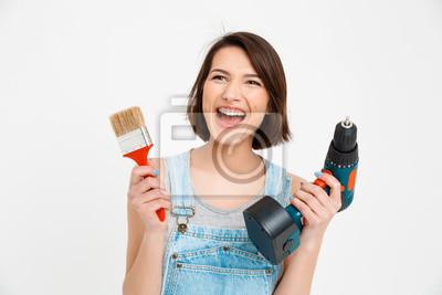 Portret młodej pięknej dziewczyny, krzycząc, trzymając malowanie