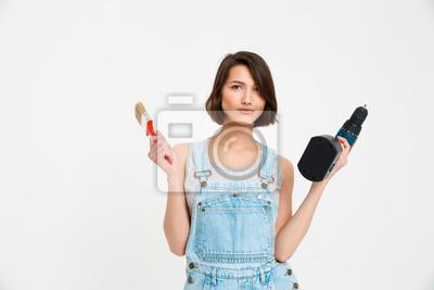 Portret młodej pięknej dziewczyny, trzymając pędzel malarski i