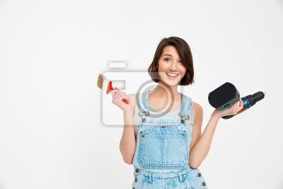 Portret młodej pięknej dziewczyny uśmiechnięte, trzymając malowanie br