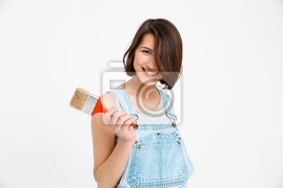 Portret młodej pięknej dziewczyny uśmiechnięte, trzymając pędzla