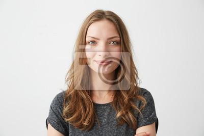 Fototapeta Portret młodych całkiem pozytywne dziewczyny uśmiecha się spojrzenie na aparat fotograficzny na białym tle.