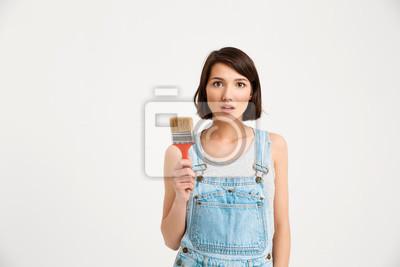 portret młodych ładną dziewczyną, trzymając pędzel malarski,