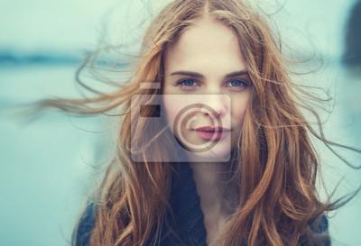 Fototapeta Portret pięknej dziewczyny w pochmurny, zimny dzień