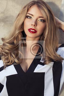 f277b35665 Fototapeta portret pięknej dziewczyny z blond kręconymi włosami na ...