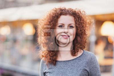Fototapeta Portret pięknej młodej kobiety na zewnątrz pomieszczeń