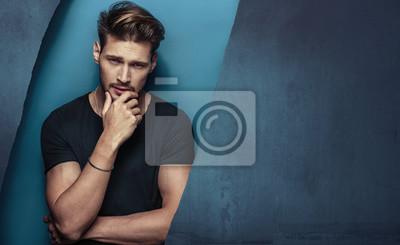 Fototapeta Portret poważne, przystojny młody człowiek