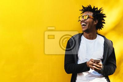 Fototapeta Portret przystojny afro mężczyzna używa jego wiszącą ozdobę.