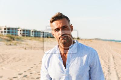 Fototapeta Portret przystojny mężczyzna w koszulowej pozyci