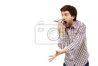 Portret przystojny młody człowiek krzyczy rozbawienia w walkie-talkie