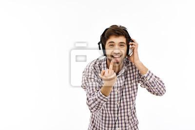 Portret przystojny młody człowiek przekonany w słuchawkach