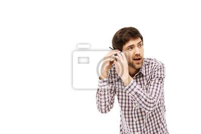 Portret przystojny młody człowiek z rozbawieniem walkie-talkie