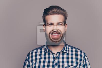 Fototapeta portret przystojny uśmiechnięty młody człowiek patrząc na kamery izolować