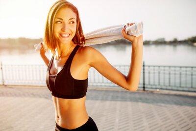 Fototapeta Portret sportowym dziewczyny. Piękna młoda tryb sportowy do ćwiczeń