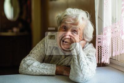 Fototapeta Portret starszy emeryt damy obsiadanie przy stołem.