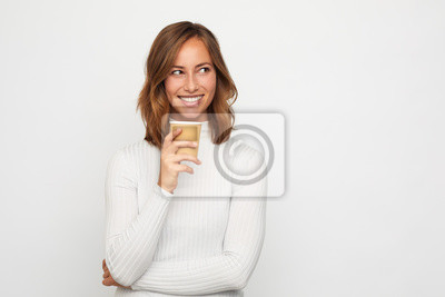 portret szczęśliwa młoda kobieta z iść filiżankę kawy