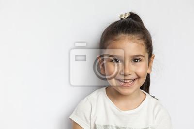 Fototapeta Portret szczęśliwa śliczna brunetki dziecka dziewczyna na białym tle