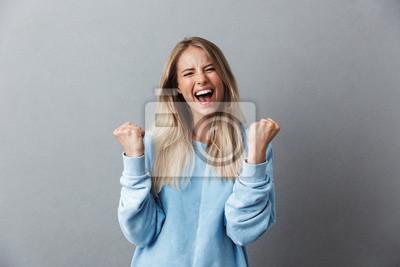 Fototapeta Portret szczęśliwy młody blondynki dziewczyny odświętności sukces