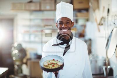 Fototapeta Portret szefa kuchni prezentując sałatką