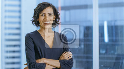 Fototapeta Portret udanego interesu przekraczania jej ramiona i uśmiecha się. Piękna kobieta wykonawczy stojący w swoim biurze.