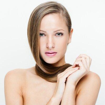 Fototapeta Portret z bliska, piękna młoda kobieta z długimi włosami