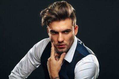 Fototapeta Portreta od przystojny mężczyzna w studiu na ciemnym tle