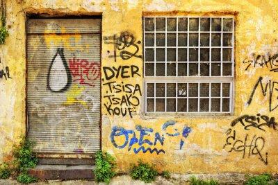 Fototapeta Porzucone na zewnątrz sklep pokryte graffiti w Atenach