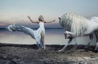 Fototapeta Powabna kobieta oswajania konia