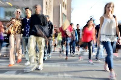 Powiększanie i ruch niewyraźne tłum przekraczania ulicy. Efekty rozmycia dokonane w obiektyw, a nie post-processingu.