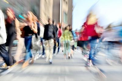 Powiększanie i ruch niewyraźne tłum przekraczania ulicy. Efekty rozmycia wykonane obiektywem, a nie w postprocessingu.